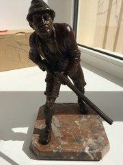 Статуэтка охотника с ружьем из шпиатра
